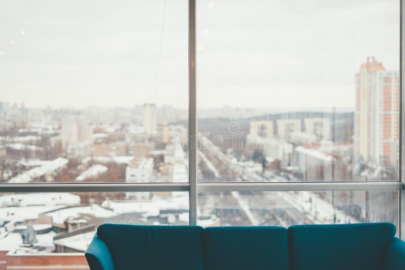 Vista piacevole di inverno dalla finestra fotografia stock libera da diritti