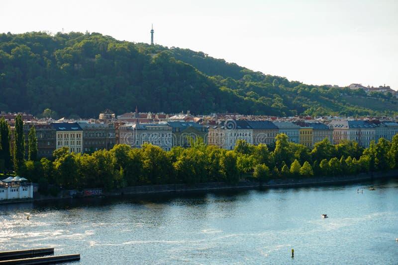 Vista piacevole di Praga e del fiume la Moldava con le navi, repubblica Ceca immagine stock
