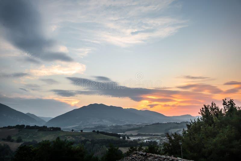 Vista piacevole in Italia Marche vicino a Camerino immagini stock libere da diritti