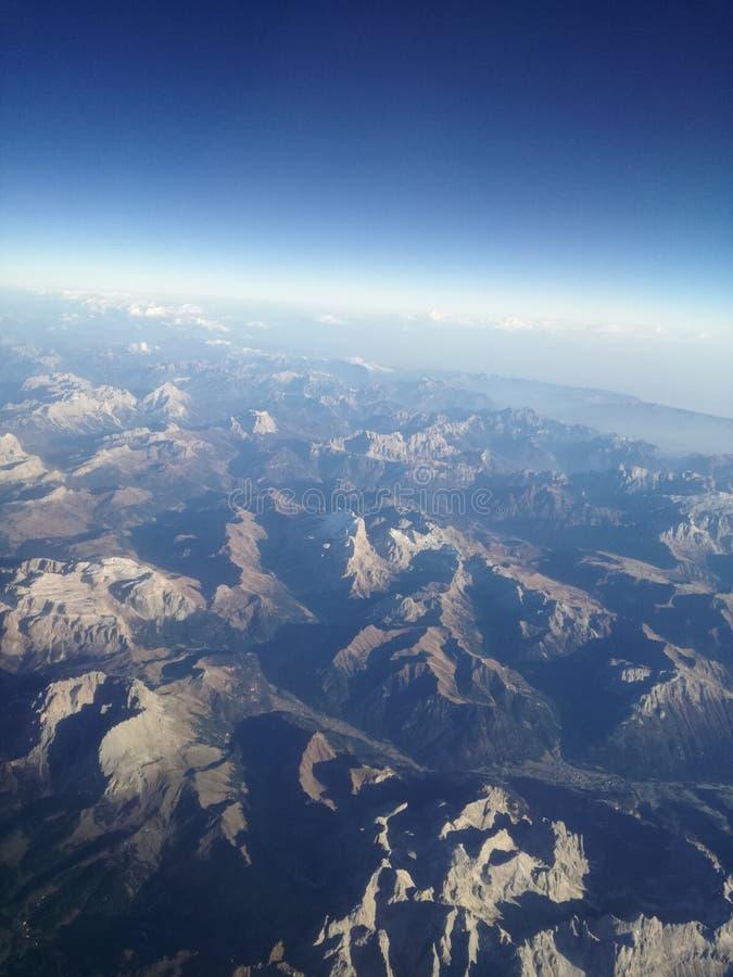 Vista piana delle montagne strabilianti fotografia stock