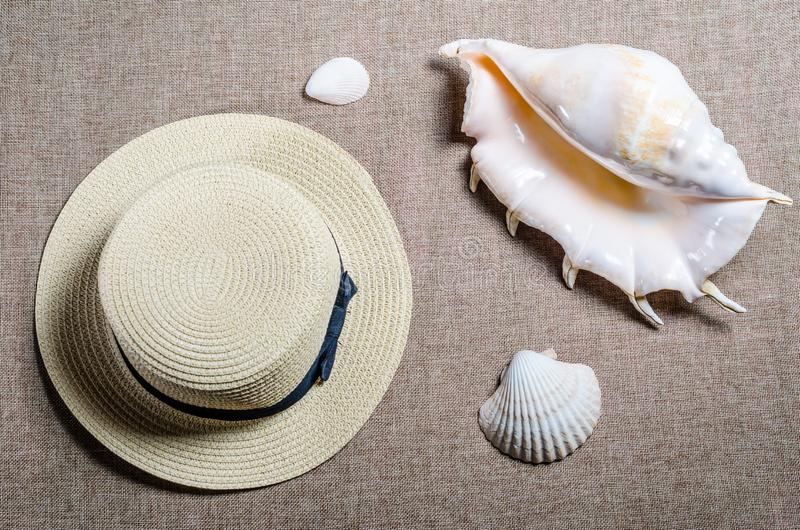 Vista piana di vacanza con le coperture di shellssea del cappello e del mare di paglia immagine stock