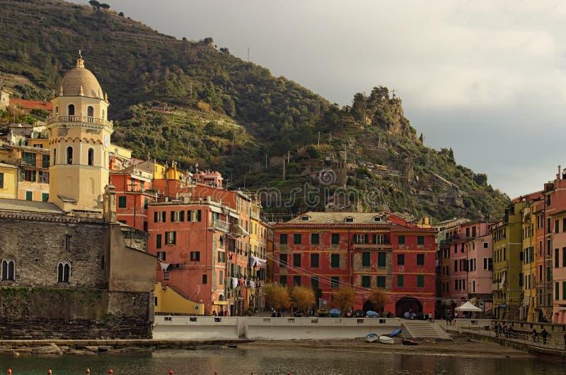 Vista pintoresca de la bahía y el cuadrado con los edificios coloridos del vintage Opinión del paisaje de la mañana fotos de archivo libres de regalías