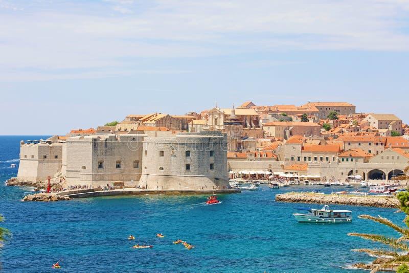 Vista pintoresca de la ciudad vieja de Dubrovnik en el mar Mediterráneo en Croacia, Europa imagen de archivo libre de regalías