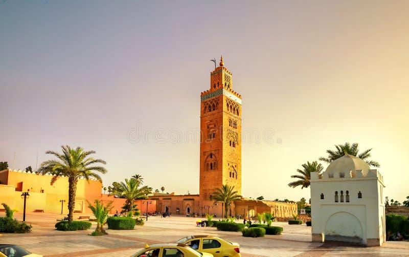 Vista pintoresca de la mezquita de Koutoubia con el alminar en Marrakesh en la puesta del sol También ha sido sabido por su nombr imágenes de archivo libres de regalías