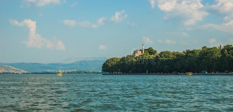 Vista pintoresca del lago de la montaña, Ioannina, Grecia fotos de archivo