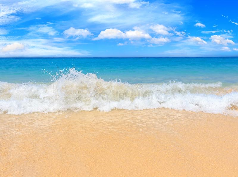 Vista pintoresca del mar de Andaman con las ondas fuertes y altas en la isla de Phuket, Tailandia Playa tropical en la isla exóti imagen de archivo libre de regalías