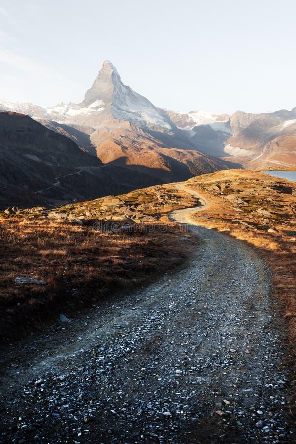 Vista pintoresca del pico de Cervino y del lago Stellisee en las montañas suizas foto de archivo