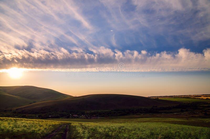Vista pitoresca com linha do por do sol e do horizonte imagens de stock royalty free