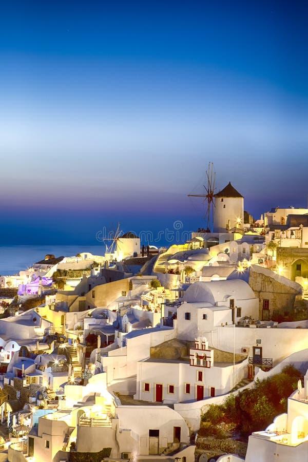 Vista pitoresca da cidade velha famosa de Oia ou de Ia na ilha de Santorini em Grécia Imagem tomada durante a hora azul fotos de stock