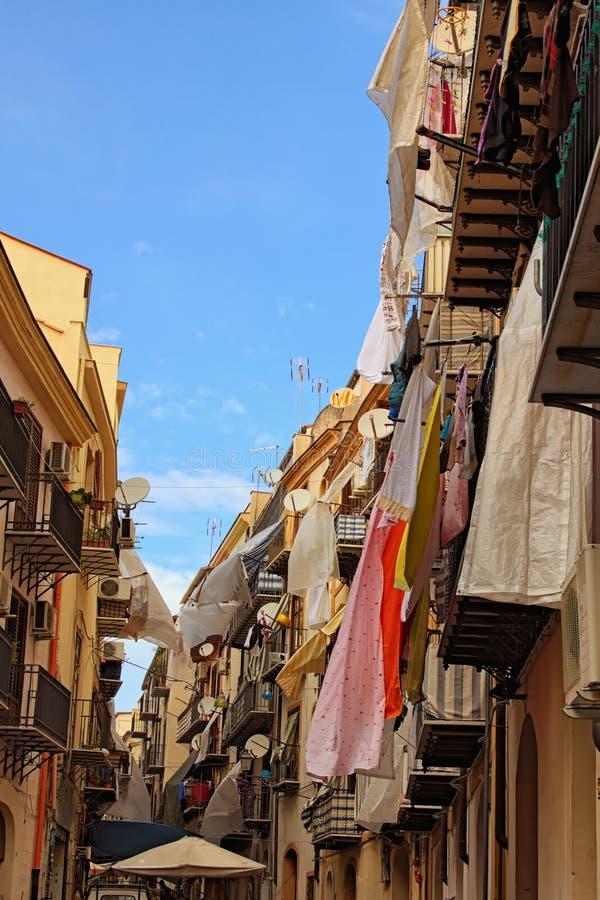 Vista pitoresca da rua estreita típica entre casas velhas no centro de Palermo Conceito do curso e do turismo Palermo, Sicília foto de stock royalty free