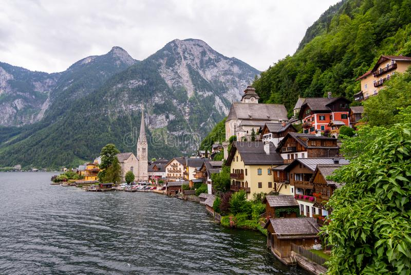Vista pitoresca da vila de Hallstatt, situada no banco do lago Hallstatter, montanhas altas dos cumes, Áustria foto de stock royalty free