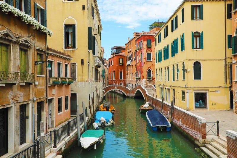 Vista pitoresca do canal de Veneza com pontes e barcos Veneza é um destino popular do turista de Europa em Itália do norte imagens de stock