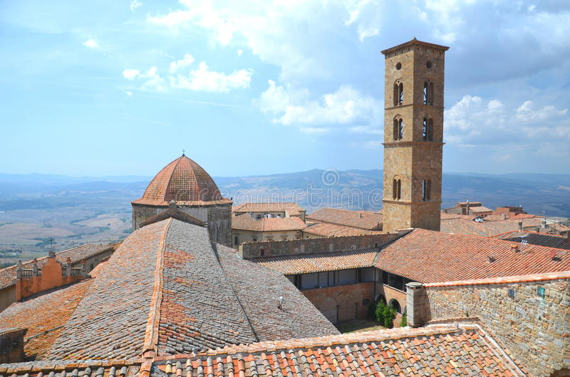 Vista pitoresca em construções históricas de Volterra em Toscânia, Itália fotografia de stock royalty free