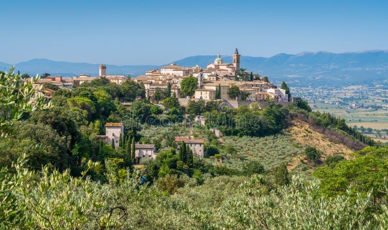 Vista pitoresca em Trevi, vila antiga na região de Úmbria de Itália foto de stock