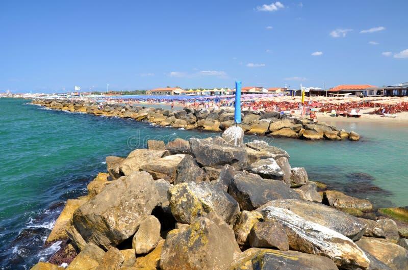 Vista pitoresca na praia bonita em Marina di Pisa, Itália foto de stock
