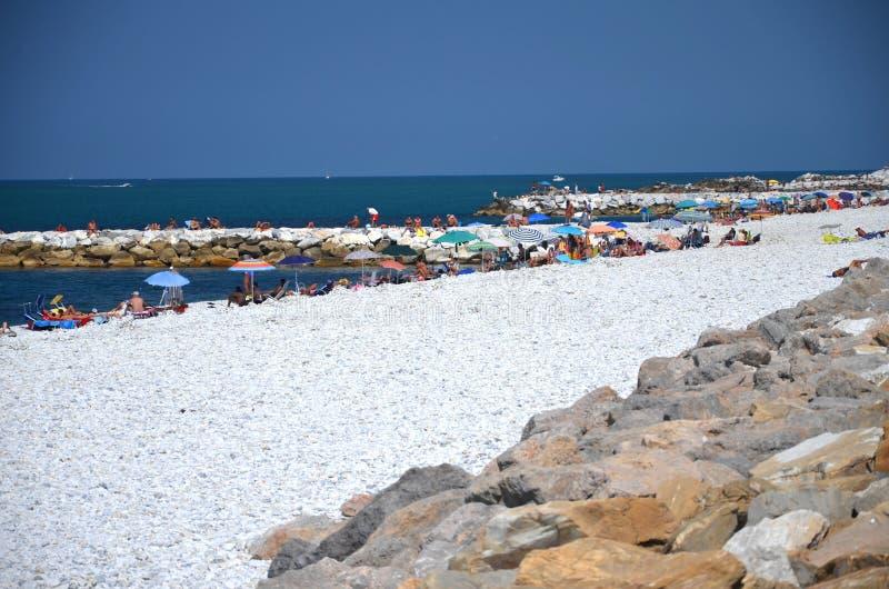 Vista pitoresca na praia bonita em Marina di Pisa, Itália imagem de stock
