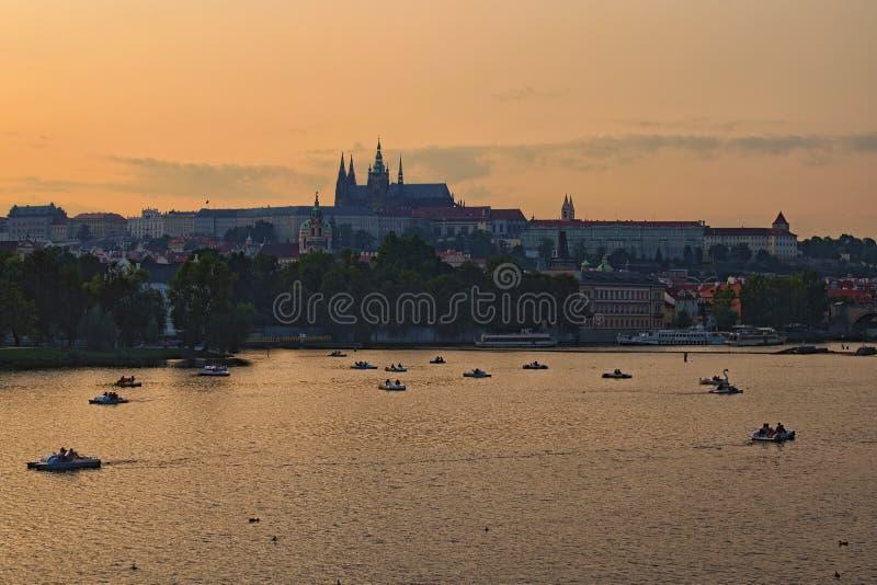 Vista pitoresca no hrad do castelo, do Prazsky de Praga no rio de Checo, e de Vltava Botes e catamarãs imagem de stock royalty free