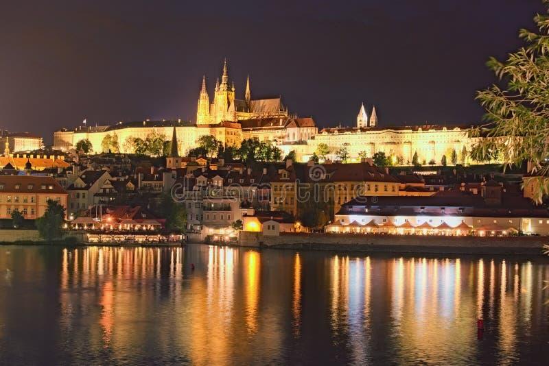 Vista pitoresca no hrad do castelo, do Prazsky de Praga no rio de Checo, e de Vltava Noite do verão Vista da Praga de capital imagem de stock royalty free
