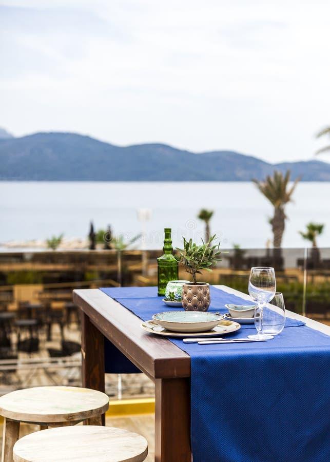 Vista pittoresca ad un ristorante orientale dalla spiaggia con seaview magnifico fotografie stock