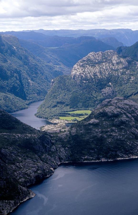 Vista pittoresca al fiordo norvegese fotografia stock libera da diritti