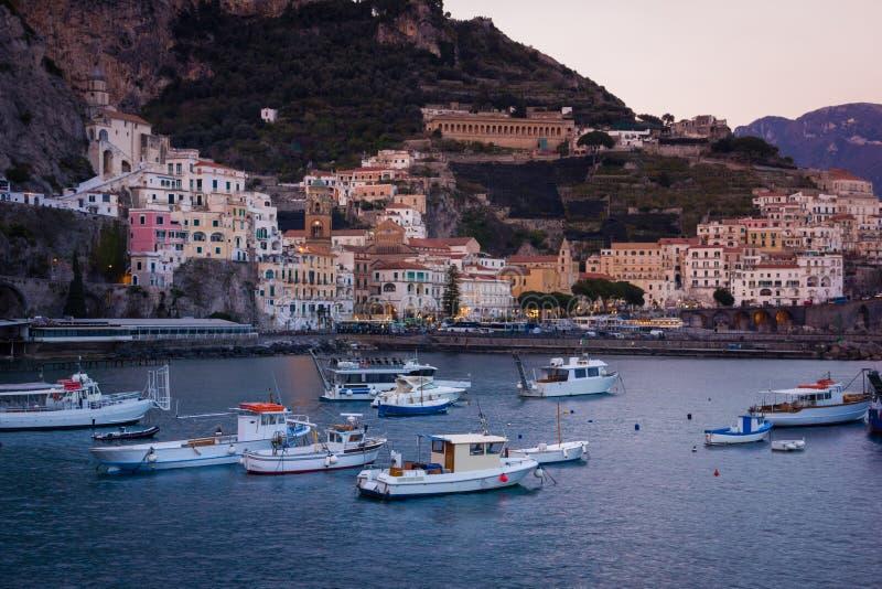Vista pittoresca al tramonto Amalfi Campania L'Italia fotografia stock