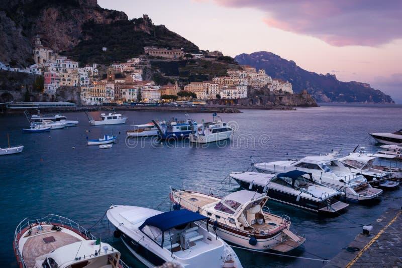 Vista pittoresca al tramonto Amalfi Campania L'Italia immagine stock libera da diritti
