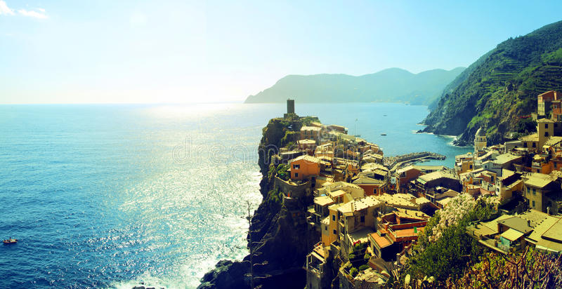 Vista pittoresca del vilage di Vernazza di estate Cinque Terre Five Lands National Park L'Italia immagine stock libera da diritti