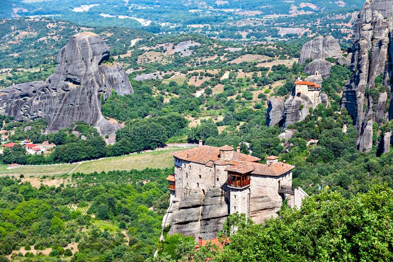 Vista pittoresca di formazione rocciosa Meteora e della valle della Tessaglia in Grecia centrale fotografia stock