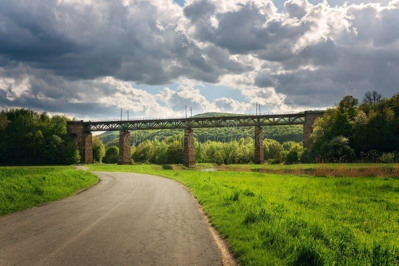 Vista pittorica di un ponte del treno in Germania fotografie stock