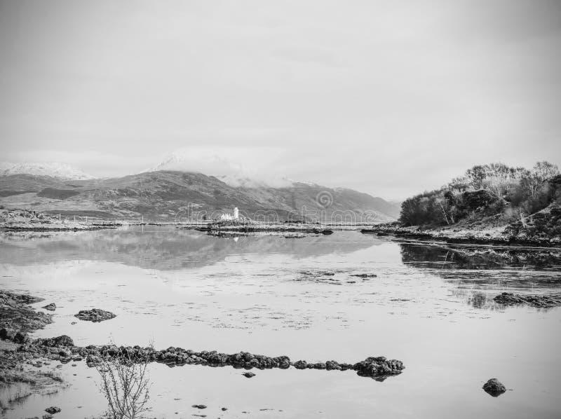 Vista popular al faro de Ornsay de la isla Isla rocosa al sureste de la isla de Skye; Escocia fotos de archivo libres de regalías