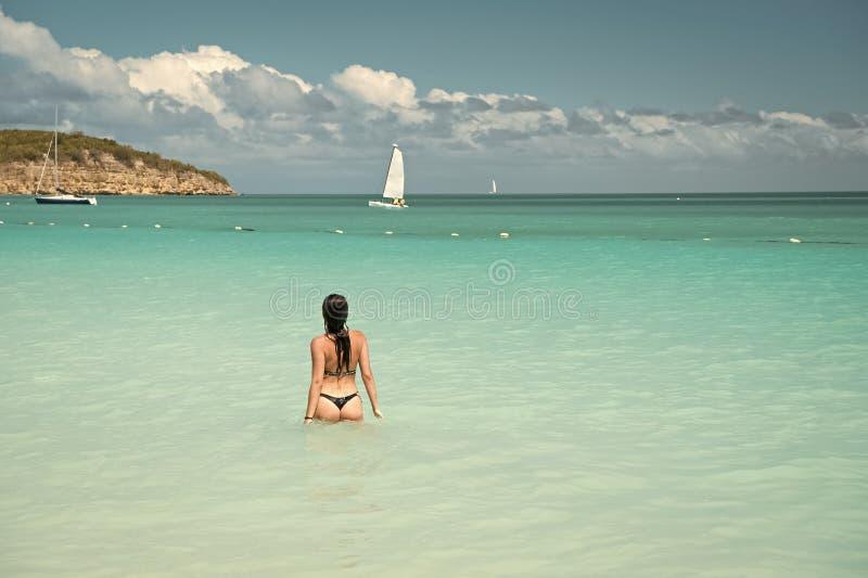 Vista posterior cristalina azul del agua del océano del traje de baño de la muchacha Complejo playero de lujo del océano de las v foto de archivo