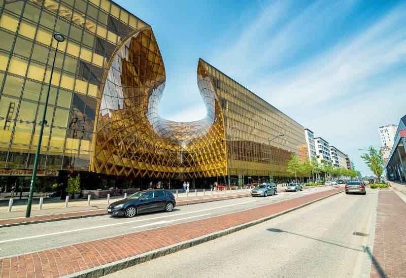 Vista posterior de la calle para el centro comercial grande en Malmö imagenes de archivo