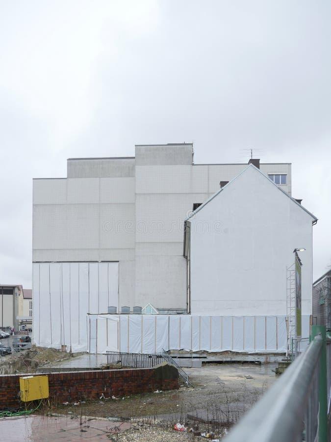 Vista posterior de la construcción de viviendas concreta blanca imágenes de archivo libres de regalías