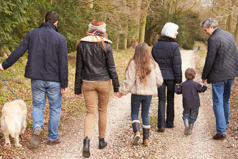 Vista posterior de la familia multi de la generación en paseo del campo imágenes de archivo libres de regalías