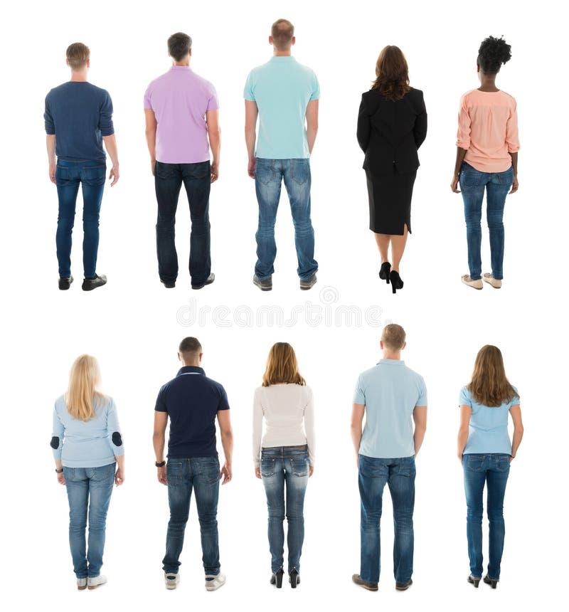 Vista posterior de la gente creativa que se coloca en fila imagen de archivo