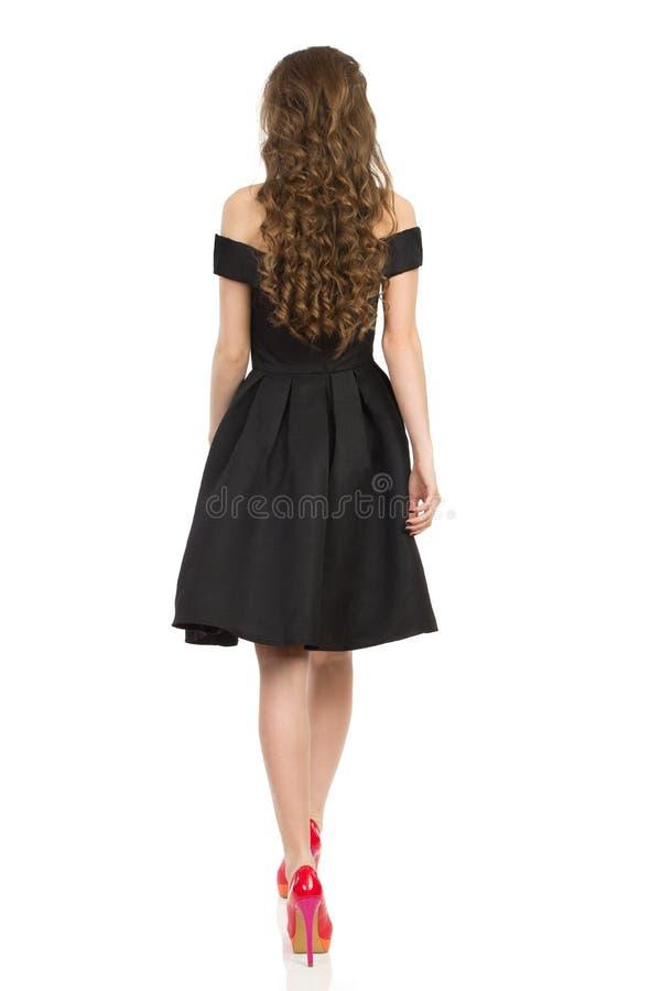 Vista posterior de la mujer elegante que camina en tacones altos fotografía de archivo libre de regalías