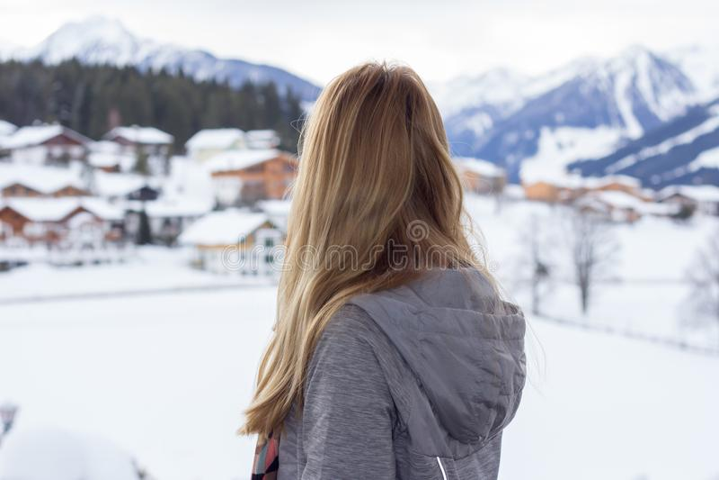 Vista posterior de la mujer que mira el paisaje del invierno imagen de archivo