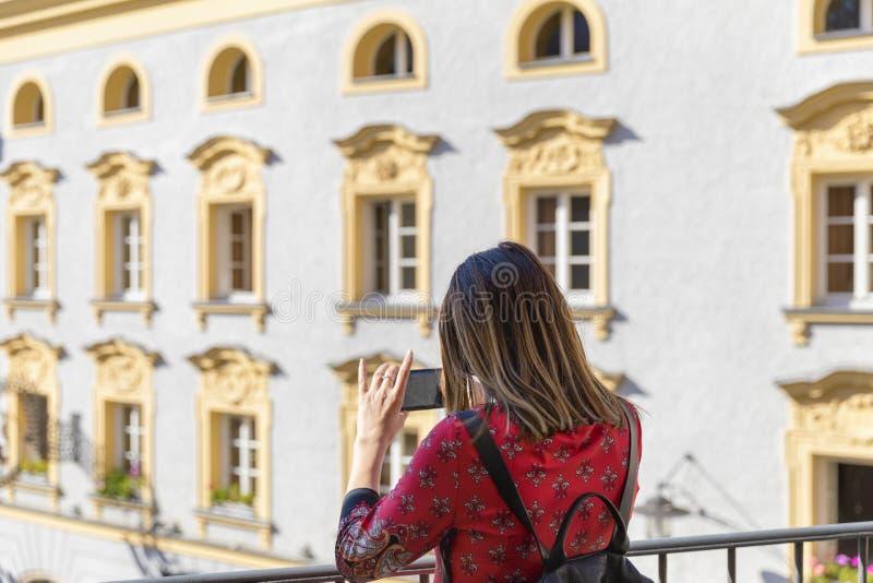 Vista posterior de la mujer turística joven que visita destinatio pintoresco fotografía de archivo libre de regalías