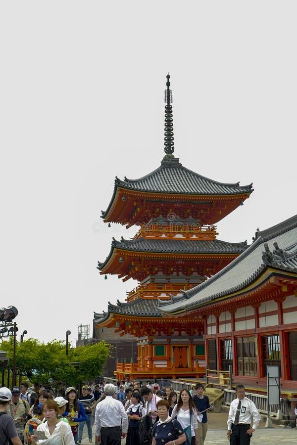 Vista posterior de la pagoda y del edificio adyacente Kiyomizu-dera, formalmente Otowa-san Kiyomizu-dera, es un templo budista in imagenes de archivo