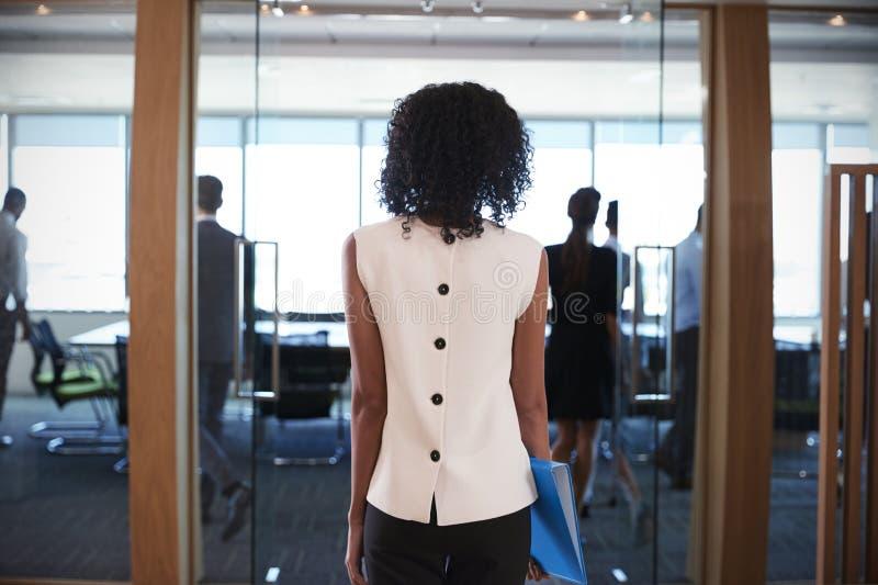 Vista posterior de la reunión de Entering Boardroom For de la empresaria fotos de archivo