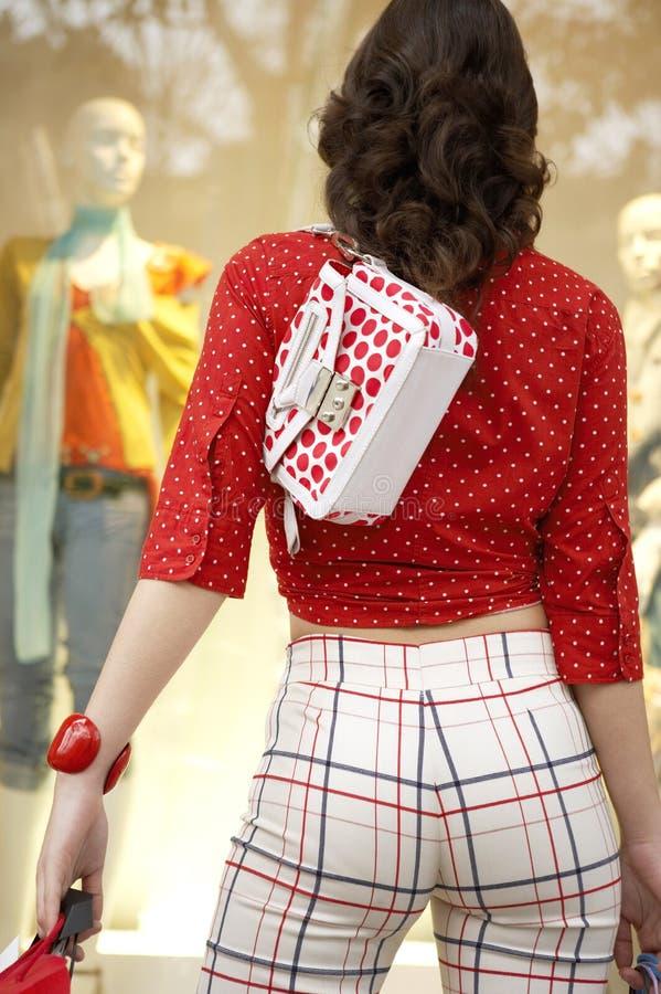 Vista posterior de las compras de la mujer foto de archivo