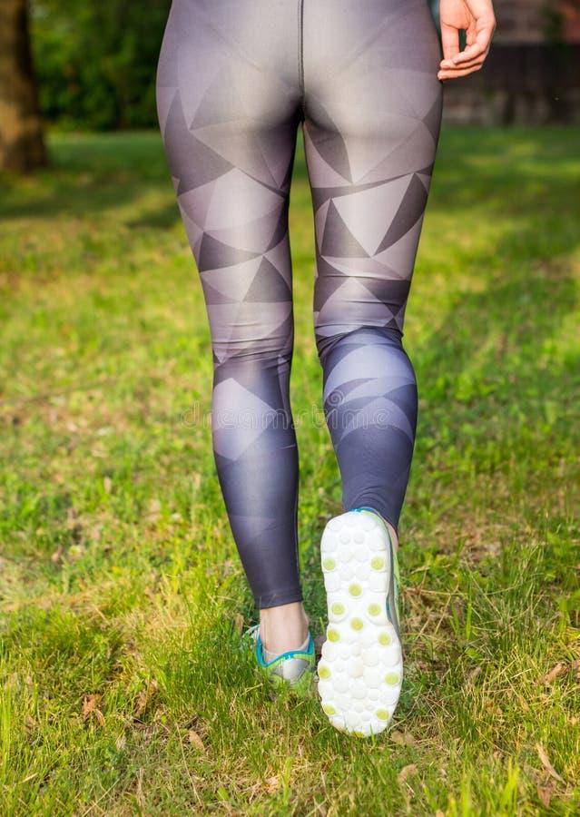 Vista posterior de los zapatos corrientes del deporte de la mujer activa fotografía de archivo