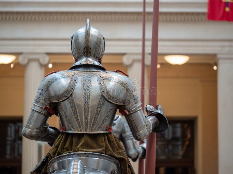 Vista posterior de un caballero que lleva el wh alemán del siglo XVI de la armadura de placa fotografía de archivo