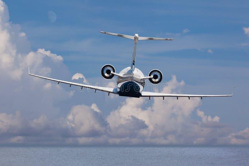 Vista posterior de un vuelo del aterrizaje del jet privado imagenes de archivo