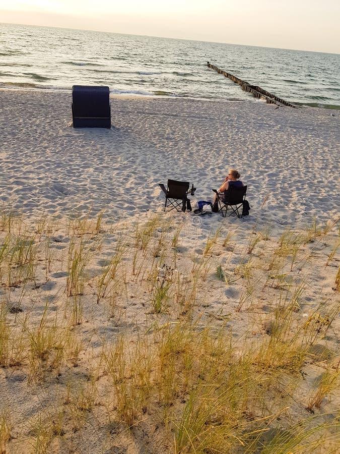 Vista posterior de una mujer en la playa imagenes de archivo