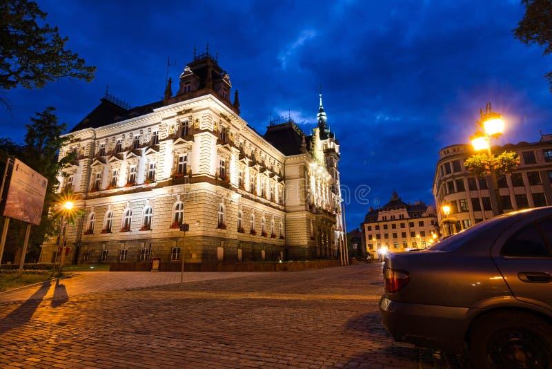 Vista posterior del ayuntamiento del Neo-renacimiento en paisaje de la noche fotografía de archivo libre de regalías