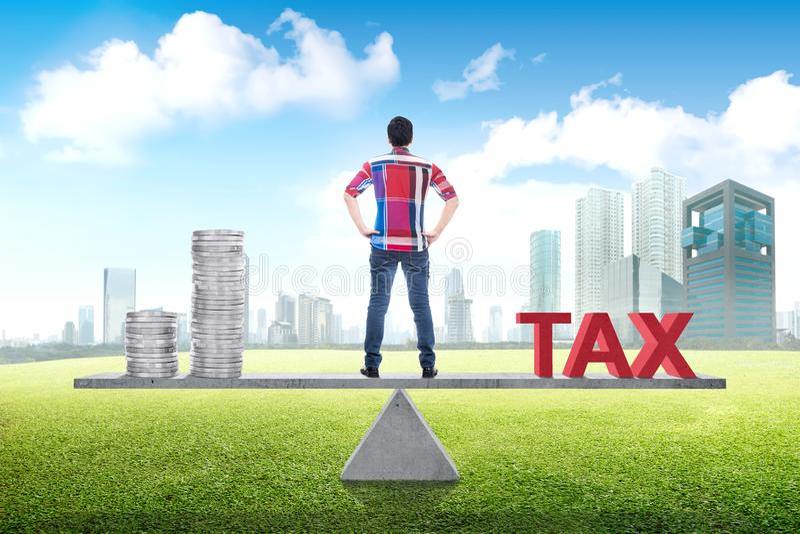 Vista posterior del hombre asiático equilibrio entre la renta y el impuesto foto de archivo libre de regalías