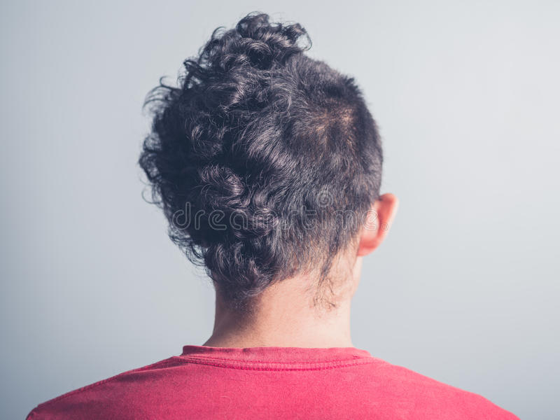 Vista posterior del hombre con corte de pelo divertido fotografía de archivo