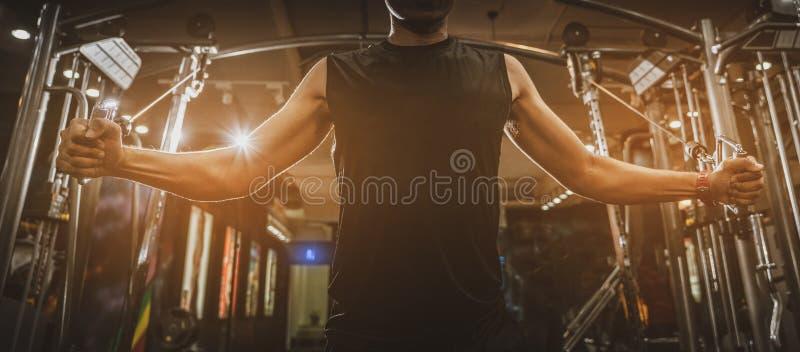 Vista posterior del hombre joven muscular sano con sus brazos estirados hacia fuera, torso atlético fuerte del modelo de la aptit imagen de archivo