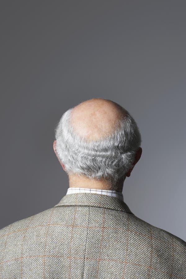 Vista posterior del hombre mayor  foto de archivo